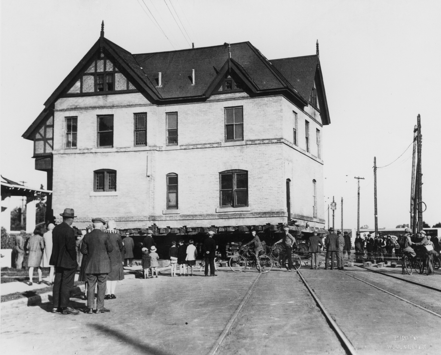 The Costigan house being moved across 17 Avenue S.W. in 1928.